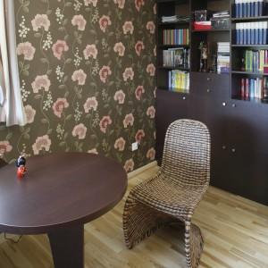 Rozmiar pomieszczenia umożliwił jego aranżacyjny podział na przestrzeń nauki, snu, a także typowo gościnną z niewielkim okrągłym stolikiem i designerskimi krzesłami wyplecionymi z rattanu. Dzięki temu nastolatka ma idealne warunki do spotkań z koleżankami przy herbacie. Projekt Marta Kruk. Fot. Przemysław Andruk.