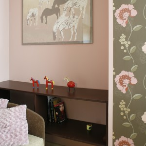 Na ścianie za łóżkiem zainstalowano praktyczne półki, gdzie można odłożyć, np. czytaną przed snem książkę. Mebel ten zastępuje tradycyjny stolik nocny. Projekt Marta Kruk. Fot. Przemysław Andruk.