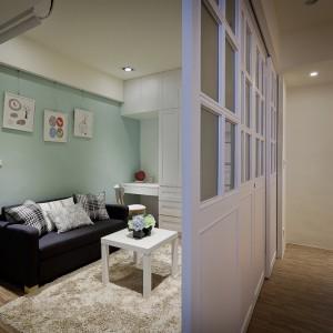 Sąsiadujący z salonem kącik, można schować za przesuwnymi drzwiami lub otworzyć na pokój dzienny. Projekt i zdjęcia: Moon Refined Design.