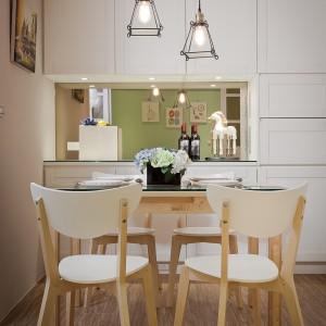 Oświetlenie nad stołem w jadalni stanowi istotny element dekoracyjny wnętrza. Wyeksponowane żarówki i metalowe elementy nawiązują do stylistyki industrialnej i skandynawskiej. Projekt i zdjęcia: Moon Refined Design.