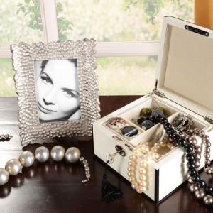 Elegancka srebrna ramka czy pudełko na biżuterię to świetny pomysł na miły upominek z okazji Dnia Kobiet, który przy okazji wzbogaci wystrój mieszkania. Fot. Almi Decor.