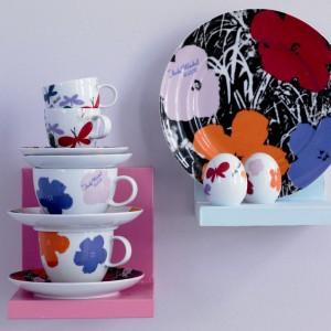 Proponowana przez Rosenthala linia twórczo interpretuje motywy z prac Andy Warhola, przenosząc pop-artowskie rozważania na sztukę użytkową. Talerze i kubki z motywami kwiatowymi z tej serii to znakomity pomysł na prezent. Fot. Rosenthal.