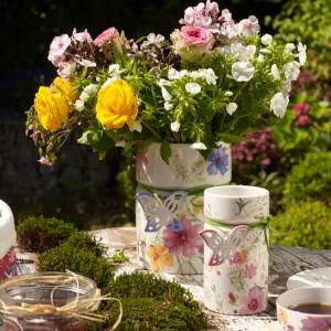 Śliczne wazony z motywem kwiatów i motyli to propozycja od Villeroy&Boch. Bukiet w takim wazonie to z pewnością świetny pomysł na prezent dla ukochanej kobiety. Fot. Villeroy&Boch.