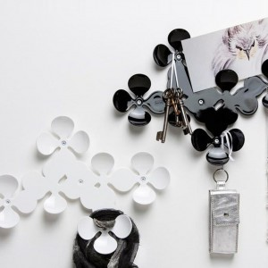 Wieszak na drgobiazgi od marki Koziol uformowany w ciekawą konstrukcję składającą się z motywów kojarzących się z kwiatem czy polną koniczynką. Ciekawy pomysł na oryginalny upominek. Fot. Koziol.