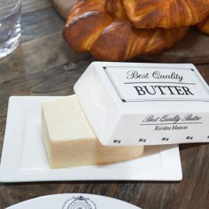 Świeże pieczywo nie obejdzie się bez masła, a to z kolei - bez pięknej praktycznego pojemnika. Maselniczka Butterdish od Riviera Maison do kupienia w sklepie Hosue&more, cena 95 zł. Fot. House&more.