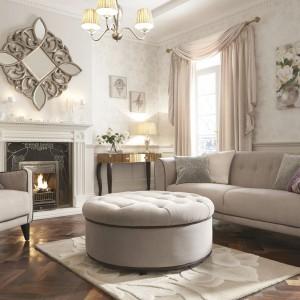 Pikowane meble pasują do kobiecego wnętrza jak żadne inne nie. W połączeniu z eleganckimi zasłonami, lustrzanymi dekoracjami i nastrojowym oświetleniem tworzą szykowną aranżację. Fot. Littlewoods Ireland.