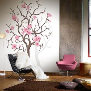 Tapeta Magnolia Tree z kolekcji Urban Nature marki Mr Perswall będzie subtelną dekoracją salonu w orientalnym stylu, ale nie tylko. Fot. Mr Perswall.
