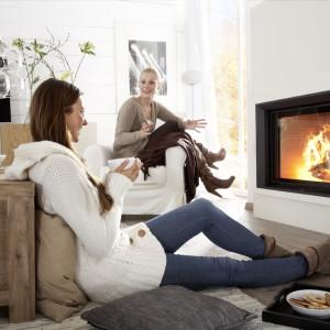 Kominek symbolizuje domowe ognisko, które strażniczkami od wieków są kobiety. We współczesnych, minimalistycznych wnętrzach okno z migającymi płomieniami wprowadza ciepły, przytulny klimat. Fot. Brunner.