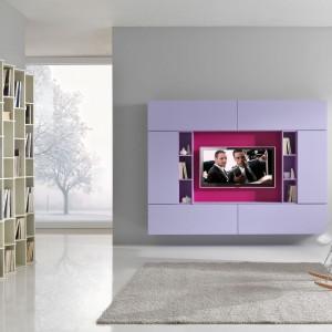 Nowoczesna meblościanka w liliowym kolorze włoskiej marki Giessegi to propozycja do salonu, w którym decydujący głos ma bez wątpienia kobieta. Fot. Giessegi.