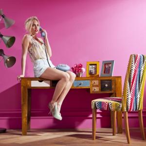 Designerskie biurko z lakierowanego drewna mangowca to idealna propozycja do aranżacji kobiecego miejsca pracy, np. w salonie. Minimalizm i funkcjonalność zestawiono tu z odrobiną fantazji w postaci niebieskiej szufladki umieszczonej w samym środku mebla. Fot. Le Pukka.