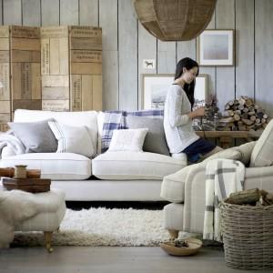 Miękkie tkaniny czy futerka występujące w formie dekoracyjnych poduszek, zasłon czy dywanu to nieodłączny element wyposażenia damskiego salonu. Fot. DFS Furniture.
