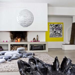 Czasem niewielki detal potrafi zmienić charakter wnętrza. Różowe lampiony na popularne teelighty, ustawione przy kominku sprawią, że nowoczesny salon zyska bardziej wyrazisty wygląd. Fot. Darwins Home.