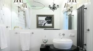 Jeżeli szukacie pomysłu na nowoczesną, a jednocześnie elegancką i ponadczasową aranżację łazienki postawcie na połączenie czerni i bieli. Podpowiedzi dostarczą ciekawe realizacjeprojektantówwnętrz.