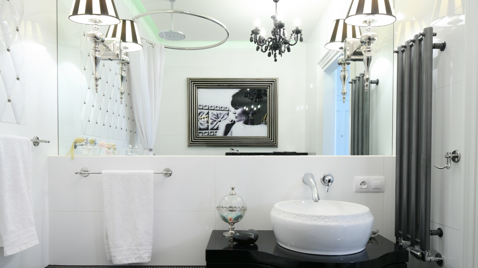 Salonik kąpielowy w stylu retro urządzony został w kobiecym stylu. Uroku aranżacji dodają kinkiety z abażurami w czarne i białe pasy. Projekt: Małgorzata Galewska. Fot. Bartosz Jarosz.
