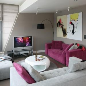 Aranżację pokoju dziennego podporządkowano funkcji wypoczynkowej. Dwie kanapy oraz szare ściany tworzą atmosferę sprzyjającą relaksacji. Projekt: Małgorzata Borzyszkowska. Fot. Bartosz Jarosz.