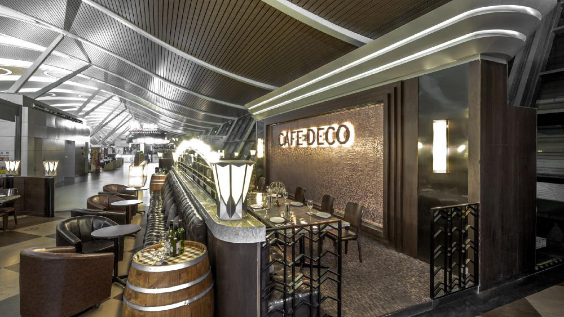 Wystrój wnętrz restauracji stoi pod znakiem Art Deco. Klimat tworzą m.in. stare fotografie Hong-Kongu, sofy utrzymane w stylistyce vintage czy stoły z marmurowymi blatami. Fot. Cafe Deco