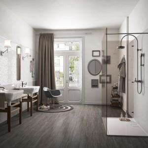 Aranżację łazienki wykończoną eleganckimi płytkami ściennymi z kolekcji Poetique marki Imola Ceramica uzupełniają płytki z kolekcji Wood o wyglądzie drewnianych desek. Fot. Ceramica Imola.