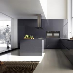 Meble z kolekcji 2 Pura to elegancki, minimalistyczny design, zamknięty w ciemnoszarą barwę, wpadającą w granat. Formą i kolorem idealnie wpisują się w industrialną stylistykę. Fot. Binova.
