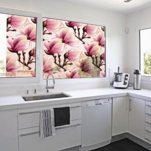 Jak wprowadzić wiecznie świeże kwiaty do wnętrza? Dzięki foliom szronionym, które doskonale sprawdzą się w kuchni. W zależności od preferencji estetycznych spośród propozycji firmy Folianaokna.pl możemy wybrać folię w kolorze lub subtelną, matową z delikatnym wzorem. Fot. Folianaokna.