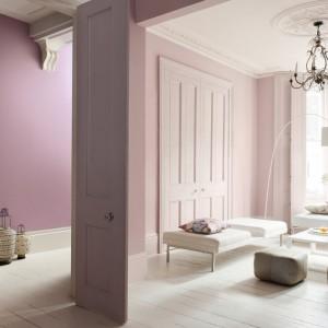 Jasne róże, pastelowe fiolety czy rozbielona lawenda to zestaw kolorystyczny, który pomoże stworzyć subtelną, romantyczną aranżację salonu. Fot. Dulux.