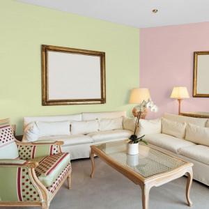 Pastelowe odcienie zieleni i różu idealnie podkreślają piękno jasnego drewna, dlatego warto zastosować je z salonie z meblami o takim wybarwieniu. Fot. Jedynka.