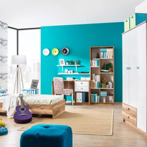 Ustawienie biurka przodem do ściany daje możliwość wykorzystania jej powierzchni do naklejania karteczek przypominających lub planu lekcji. Fot. Istikbal.