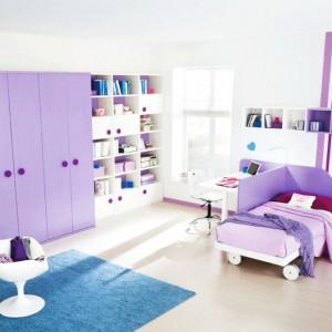 Biurko można ustawić także czołem do dłuższej krawędzi łóżka. Warto jednak rozdzielić je specjalną ścianką, tworząca granicę między miejscem nauki i odpoczynku. Fot. Colombini Casa.