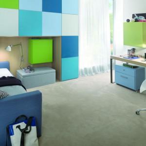 Ustawienie biurka na przeciwległej ścianie w stosunku do łóżka, to propozycja często spotykana w małych pomieszczeniach. Fot. Dearkids.