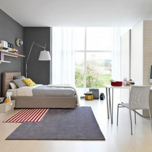 Duże przeszklenia wpuszczają do wnętrza optymalną dawkę światła. Warto więc ustawić biurko przodem do okna lub drzwi tarasowych czy balkonowych. Fot. Colombini Casa.