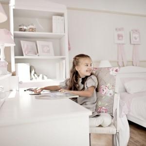 Baz względu na to, jak ustawimy biurko powinniśmy pilnować, aby dziecko siedziało wyprostowane, z rękoma swobodnie opartymi na blacie i ugiętymi pod kątem 90 stopni. Fot. Caramella.