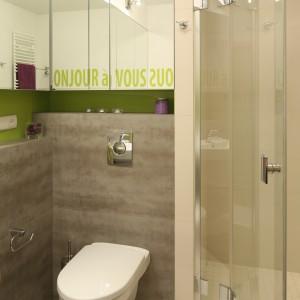 Łazienka jest niewielka, ale udało się w niej również wygospodarować przestrzeń na mały prysznic. Do tego celu wykorzystano narożnik. Projekt: Marta Kruk. Fot. Bartosz Jarosz.