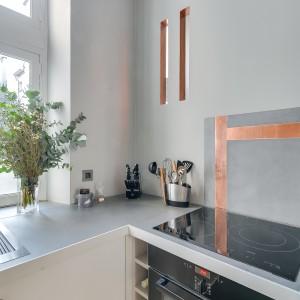 Kuchnię wyposażono we wszystkie niezbędne sprzęty AGD. Projekt: Tatiana Nicol. Fot. Meero Photographe Immobilier.