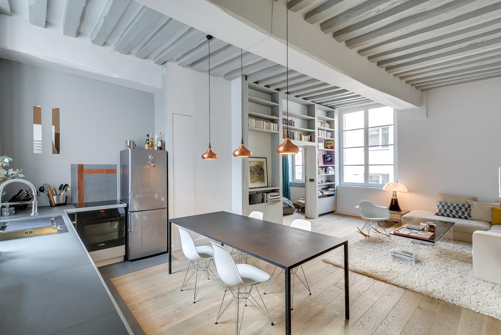 Strefę wypoczynkową wyznacza miękki, kosmaty dywan na podłodze w salonie. Projekt: Tatiana Nicol. Fot. Meero Photographe Immobilier.
