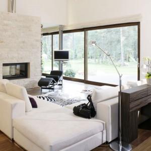 Duże okna to najlepszy sposób, by również w domu korzystać z uroków przyrody, otaczającej budynek. Połacie szkła podkreślają także nowoczesny wygląd wnętrza. Projekt: Katarzyna Mikulska-Sękalska. Fot. Bartosz Jarosz.