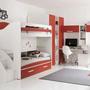 Pomysł na czerwono-biały pokój dla chłopców lub brata i siostry. Seria Magnolia włoskiej marki Spar. Fot. Spar.