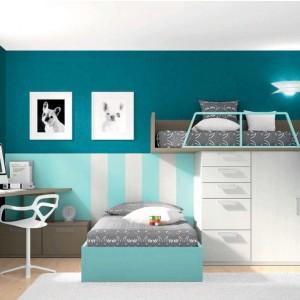Łóżko na szafie to doskonały sposób, by zaoszczędzić miejsce potrzebne do ustawienia tych dwóch mebli. Fot. Muebles Lara.