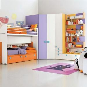 Szafa narożna pozwoli wykorzystać nieustawny kąt pokoju. A przy tym jest w stanie pomieścić znaczną ilość ubrań. Fot. Dielle.