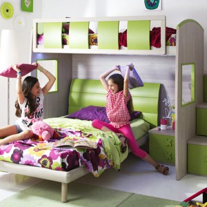 Piętrowe łóżko to nie tylko miejsce snu, ale też rozrabiania i wspólnej zabawy. Fot. Giessegi.