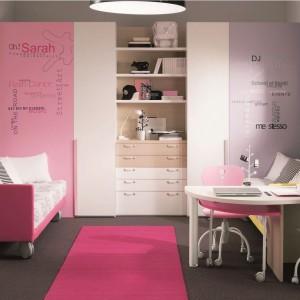 Nawet w niewielkim pomieszczeniu można stworzyć komfortowy pokój dla rodzeństwa. Wystarczy wyodrębnić strefy, w których dzieci będą mogły osobno spędzać czas. Fot. Dielle.