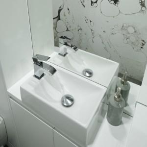 Białą łazienkę ożywia dynamiczna fototapeta. W tak małym wnętrzu doskonale sprawdzi się Projekt: Karolina Łuczyńska. Fot. Bartosz Jarosz.