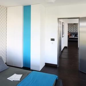 Białe fronty szafy, a tuż przy nich kolorowy akcent. Turkusowy dodatek pięknie ożywia jasna wnętrze sypialni. Projekt: Justyna Smolec. Fot. Bartosz Jarosz.