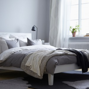 Dywan w sypialni dodaje wnętrzu przytulności. W połączeniu z pozostałymi tkaninami: narzutami, poduszkami tworzy spójną, estetyczną aranżację. Fot. IKEA.