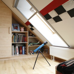 Kolejne okno dachowe umożliwia obserwację np. spadających gwiazd. W tym celu pokój chłopca wyposażono w lunetę. Projekt: Anna Gruner. Fot. Bartosz Jarosz.
