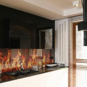 Ścianę nad blatem wykończono fototapetę z motywem płonącego ognia. Ogień przed działaniem wody, chroni przeźroczysta tafla szkła. Projekt: Michał Mikołajczak. Fot. Bartosz Jarosz.