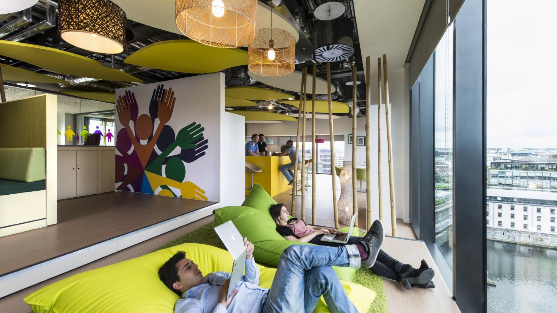 Biura przestają być postrzegane wyłącznie jako miejsca stworzone do wypełnienia przez pracowników ich obowiązków zawodowych. Fot. Ecophon