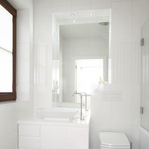 W tej łazience praktycznie wszystkie elementy są białe. Jedynym elementem, który zakłóca tą monochromatyczność jest ciemna podłoga. Projekt: Kamila Paszkiewicz. Fot. Bartosz Jarosz.