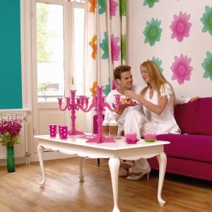 Neonowe kolory triumfują od kilu sezonów. Może więc warto wykorzystać je na ścianie? Na przykład w formie popartowej kolekcji Butterfly marki JVD, której motywem przewodnim są paski i paseczki, motyle oraz kwiaty. Fot. JVD.