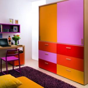 Oprócz ważnej funkcji przechowywania, szafa powinna rozweselać pokój malucha za pomocą radosnych kolorów frontów. Fot. Dearkids.