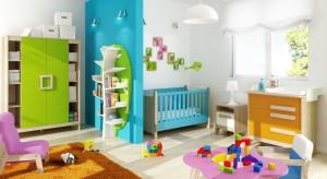 Pokój dzieci to pomieszczenie wielofunkcyjne, służące jednocześnie za sypialnię, miejsce zabaw i pokój do nauki. Dlatego znajduje się w nim wiele przedmiotów, zabawek i ubrań, które muszą mieć swoje miejsce.