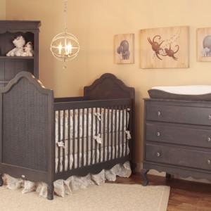 Początkowo w pokoju niemowlaka wystarczy niewielka komoda przeznaczona do przechowywania małych ubranek i kilku grzechotek. Fot. Newport Cottages.